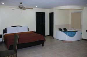 Angeles-City-Perimeter-Road-Boomerang-Hotel-jacuzzi-room
